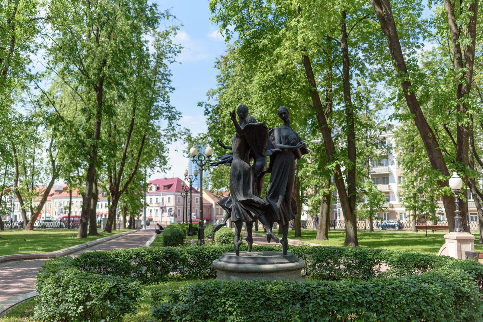 Парк у оперного театра в Минске