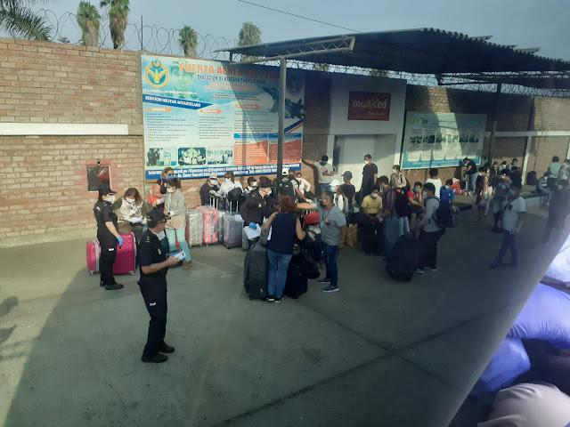 Gente esperando en la puerta de la Embajada