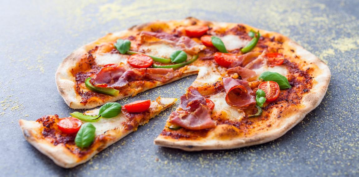 طريقة عمل البيتزا بالجبن الموزاريلا