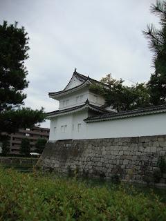 le bellissime mura del castello con le torri d'avvistamento candide