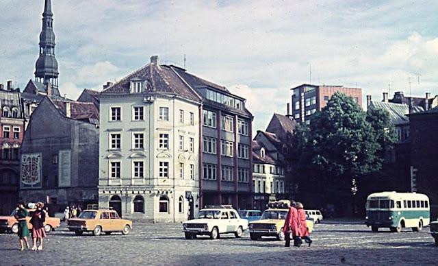 1970-е годы. Рига. Площадь 17 Июня (Домская площадь). На одном из домов висит карта Старой Риги