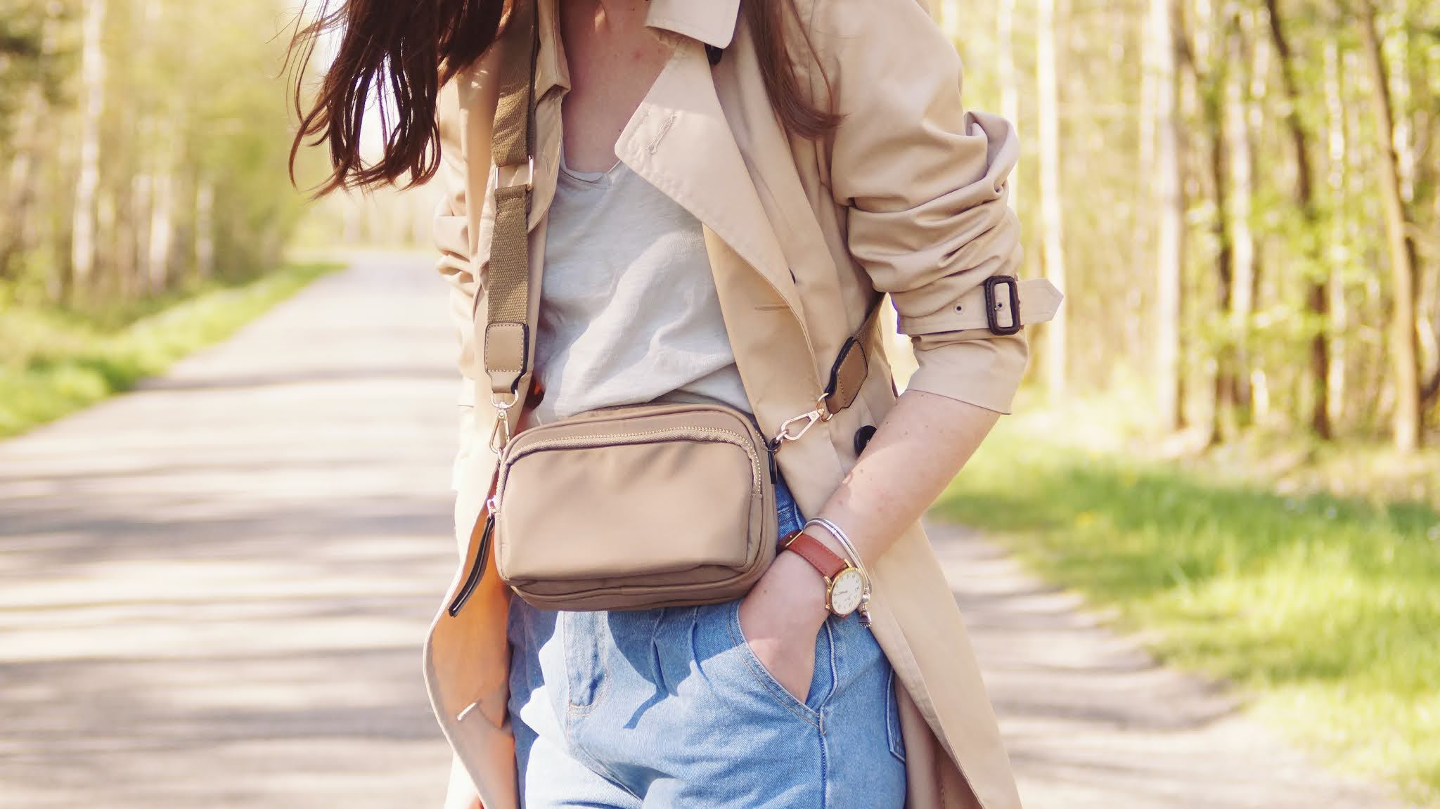 Slouchy jeans and beige trench - Moodo