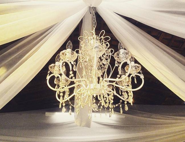 Decoração de festa de casamento com lustre