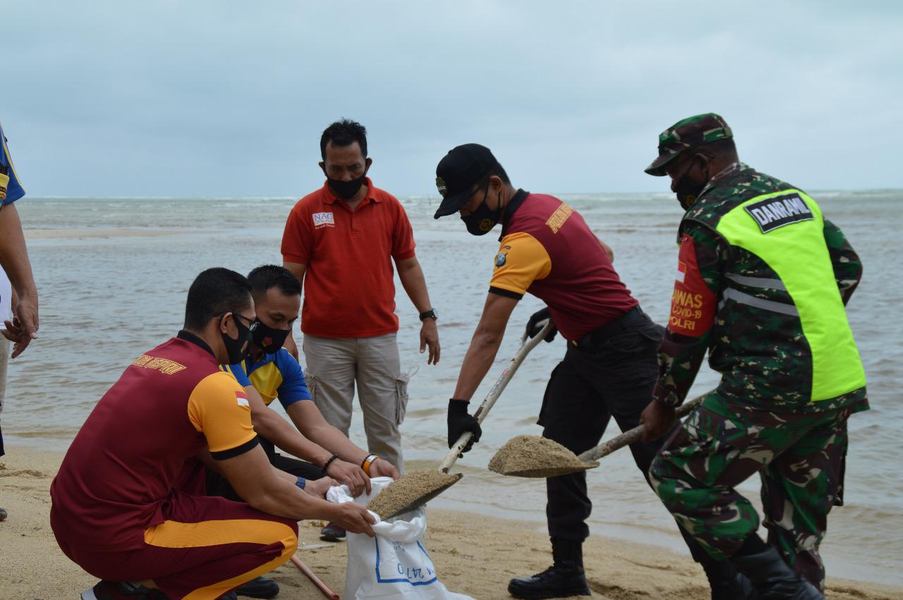 Polri, TNI Bersama FKPD Natuna Melakukan Gotong Royong Untuk Mengantisipasi Banjir Akibat Cuaca Ekstrim