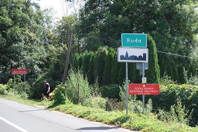 Wchodzimy do miejscowości Ruda i zarazem do rezerwatu przyrody rzeki Rawki