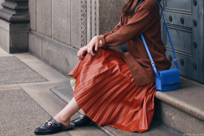 ファッションブロガー日本人,MizuhoK,今日のコーデ,SheInニットワンピース,Dresslilyフェイクレザープリーツスカート,ReEditローファー風ミュール,ZARAブルーポシェット,ハンドメイドby Kanaho イヤリング,フェミニンカジュアルシック