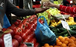 H κίνηση του κόσμου στις λαϊκές αγορές είναι μειωμένη, όπως μειωμένη είναι και η δραστηριότητα των παραγωγών, που δεν είναι σε θέση να πουλή...