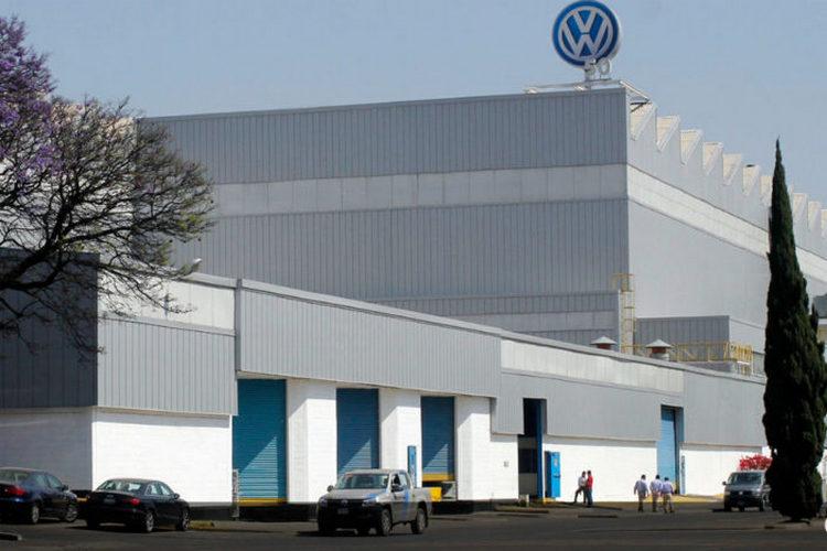 VW lanza bombas antigranizo para proteger sus vehículos y con ello afecta a miles de campesinos de Puebla.
