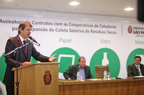 89c2d853fa0 Prefeito Haddad na cerimônia de assinatura de contratos com as cooperativas  de catadores para expansão da coleta seletiva - crédito  Fábio Arantes SECOM