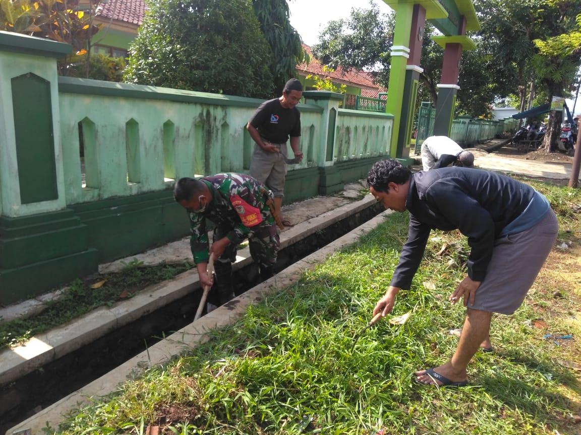 Kerjabakti Membersihkan Drainase