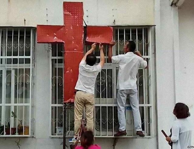Policiais e autoridades de Henan, arrancam símbolos cristãos, 5 de setembro de 20118