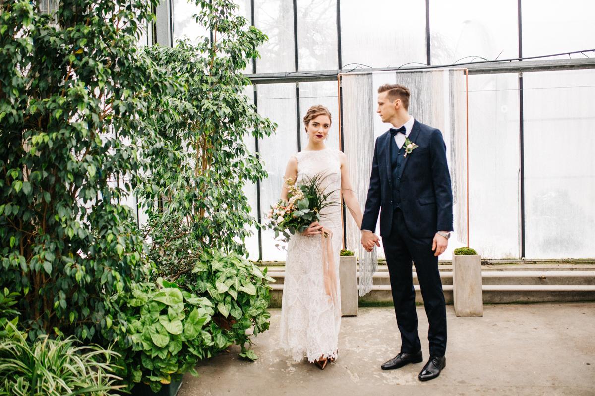 Zimowa sesja ślubna w oranżerii