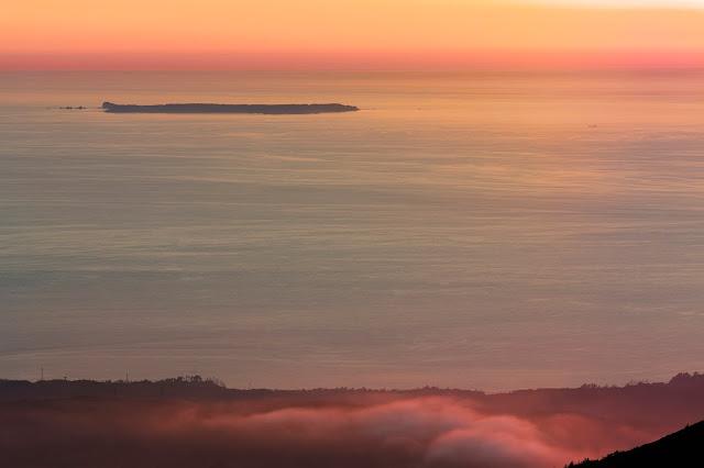 島を望む黄昏時 / Overlooking the island