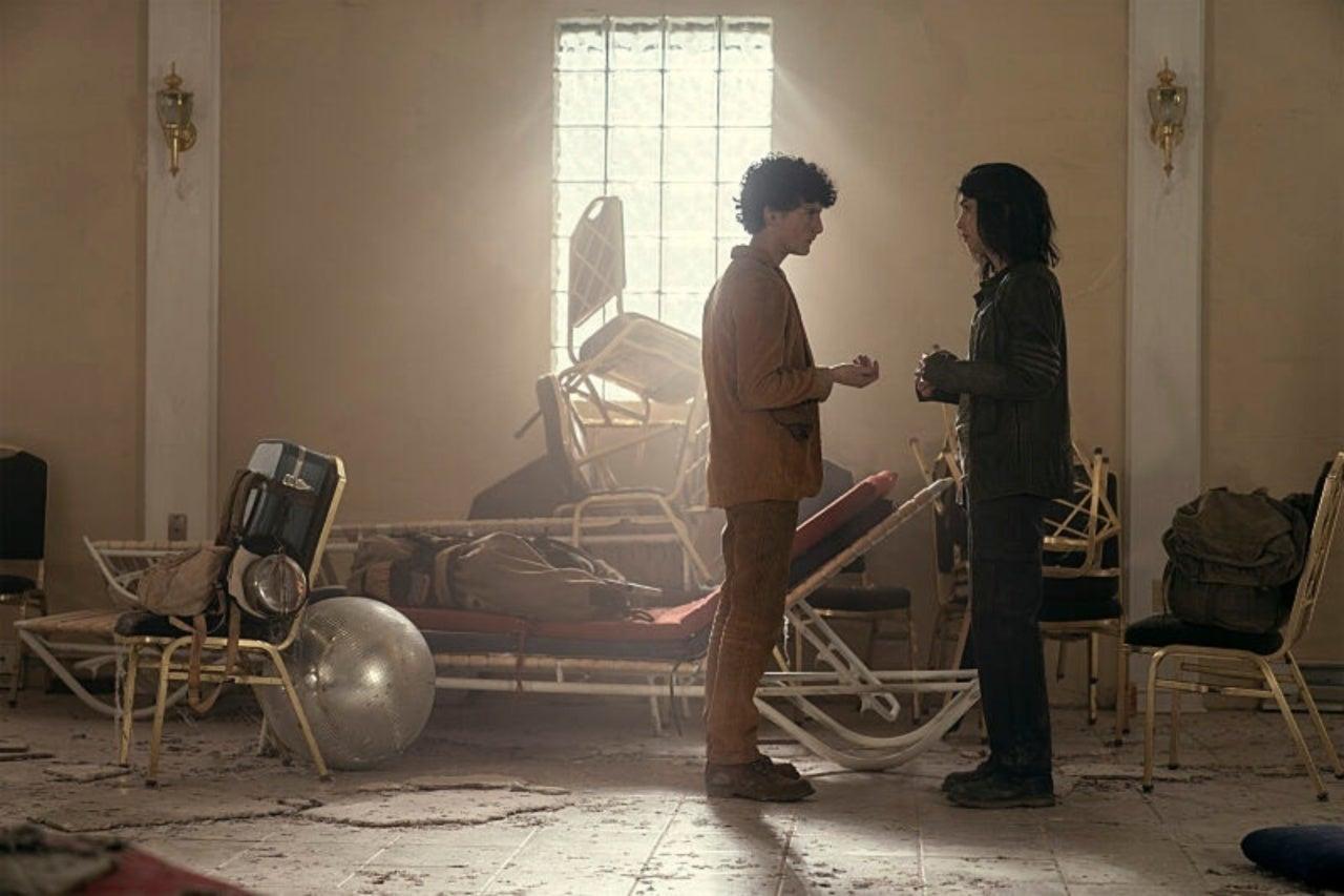 Hope le cuenta a Elton que mató a su madreen el episodio 1x08 de The Walking Dead: World Beyond