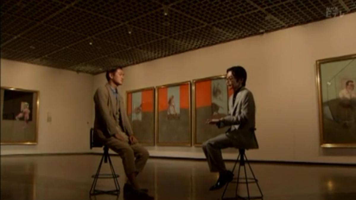 椅子に座って向かい合う浅田彰と井浦新