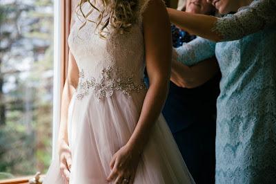 Ajustando el vestido de novia