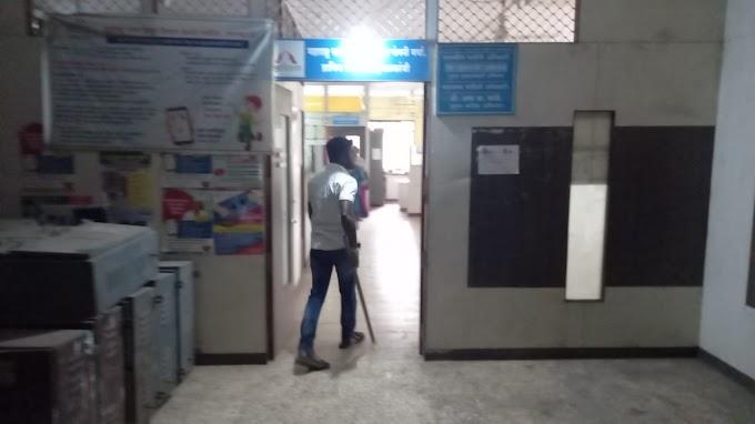 थकीत वीज बिलासाठी वीज पुरवठा खंडीत केल्याचा जाब विचारत महाराष्ट्र नवनिर्माण सेनेच्या कार्यकर्त्यांनी येथील स्टेशन रोडवरील महावितरण कंपनच्या कार्यालयात घुसून केली तोडफोड