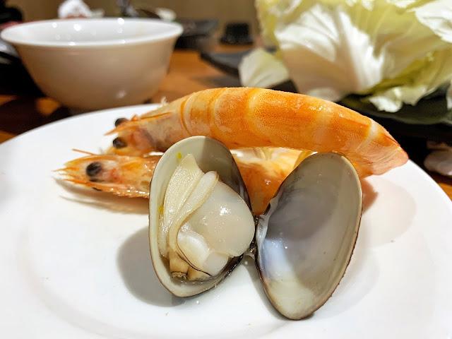 原石鍋的蛤蠣飽滿多汁