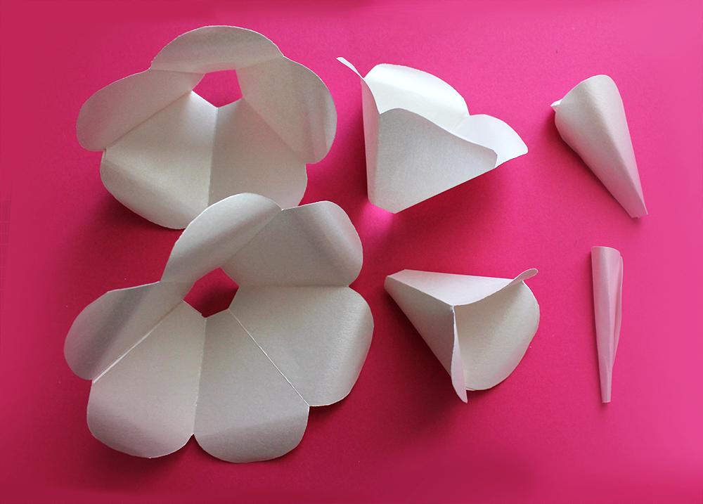 atelier créatif sur fond rose pour créer des fleurs