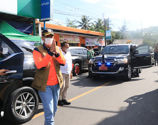 Forkopimda Jatim berikan bantuan saat meninjau Korban Gempa Bumi di Malang dan Lumajang