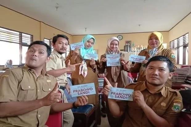 Enam Guru Honorer Dipecat Gara-gara Pose Prabowo Sandi