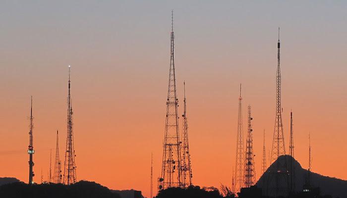 Ventos fortes derrubam torre de transmissão no Morro do Sumaré.