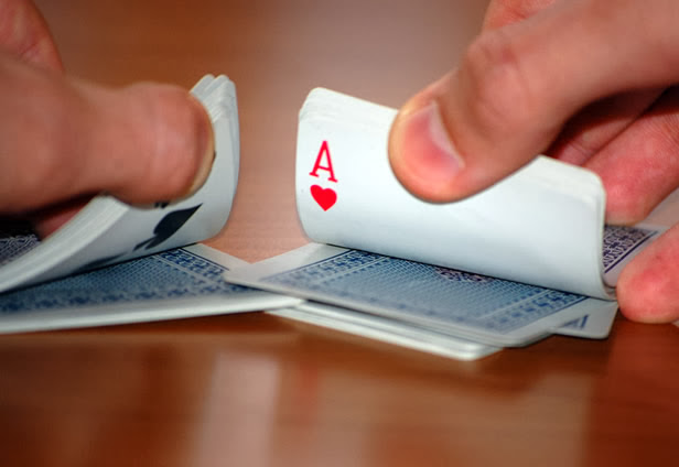 Η κυβέρνηση - χαρτοπαίχτης και τα δυο άκρα