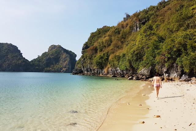 Lena en una playa de la bahía de Halong