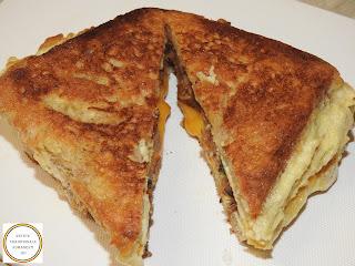 Sandwich cald cu omleta reteta rapida pentru mic dejun sau pranz cu oua paine castraveti murati carnati de porc picanti si branza cheddar prajite la tigaie retete culinare mancaruri de casa stradale rapide mancare omelette impaturita sau impachetata,