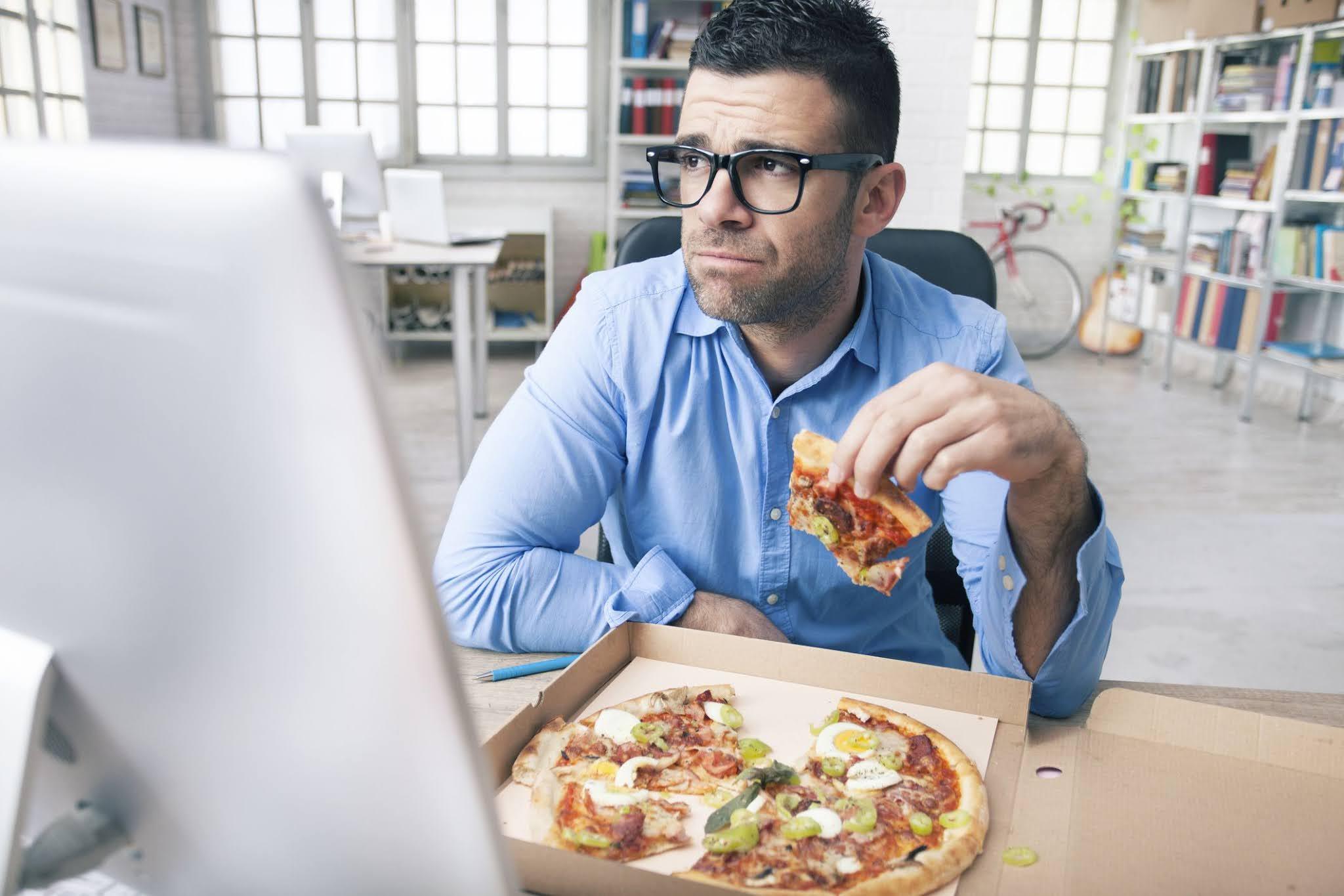 pemuda kerja sambil makan