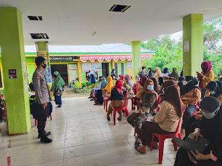 Bhabinkamtibmas Kelurahan kalosi Melaksanakan Pengamanan Vaksinasi Di Puskesmas