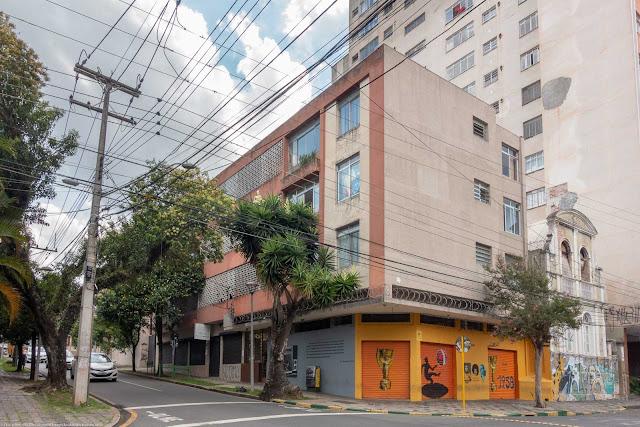 Predinho modernista localizado na Rua Duque de Caxias, esquina com Paula Gomes.