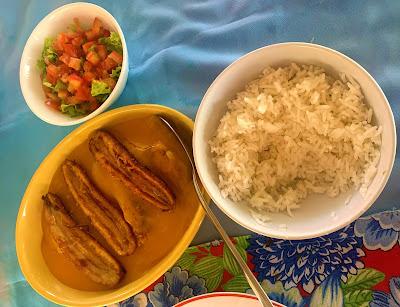 peixe cozido com molho de laranja e banana frita