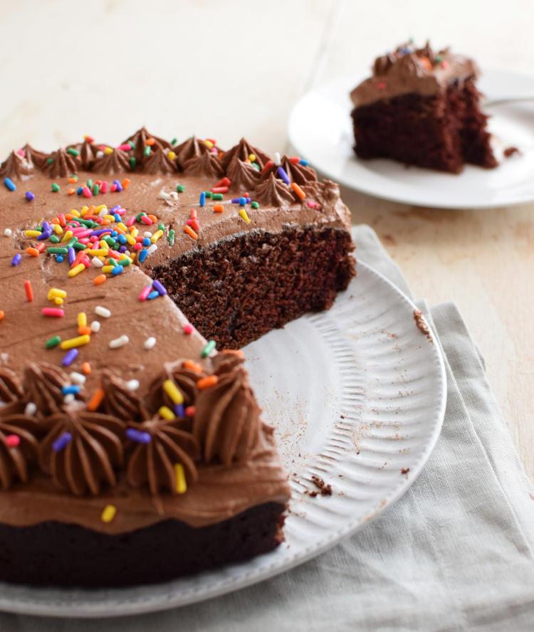Torta de chocolate sin huevos, detalle de la miga interior, con un trozo cortado