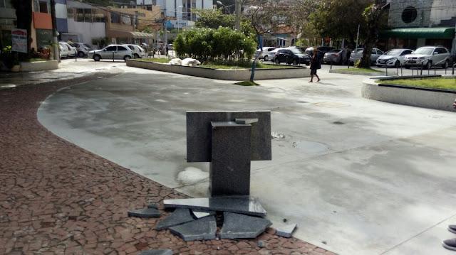Destruição do patrimônio público na Praça Brigadeiro Faria Rocha
