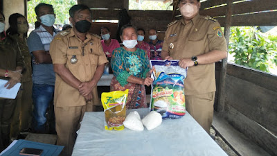 Bupati Samosir Berikan Bantuan kepada Warga Korban Bencana Alam Angin Kencang