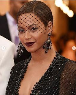 Quem disse que o véu é um acessório destinado só para as noivas? Mais  hoje o véu que estou falando não é o véu de noiva,  é  aquele véu   que as mulheres usam  em uma ocasião especial, como casamento, formatura. O véu é um acessório bastante estiloso, usando muito pelas celebridades, veja abaixo alguns véus: