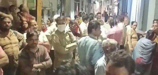 BJP नेता को अलीगढ़ पकड़ने आई, पश्चिम बंगाल पुलिस को लोगों ने बंधक बनाकर पीटा, कई घंटों तक हाथापाई
