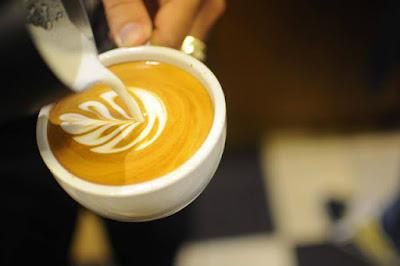 kỹ thuật rót latte art cơ bản