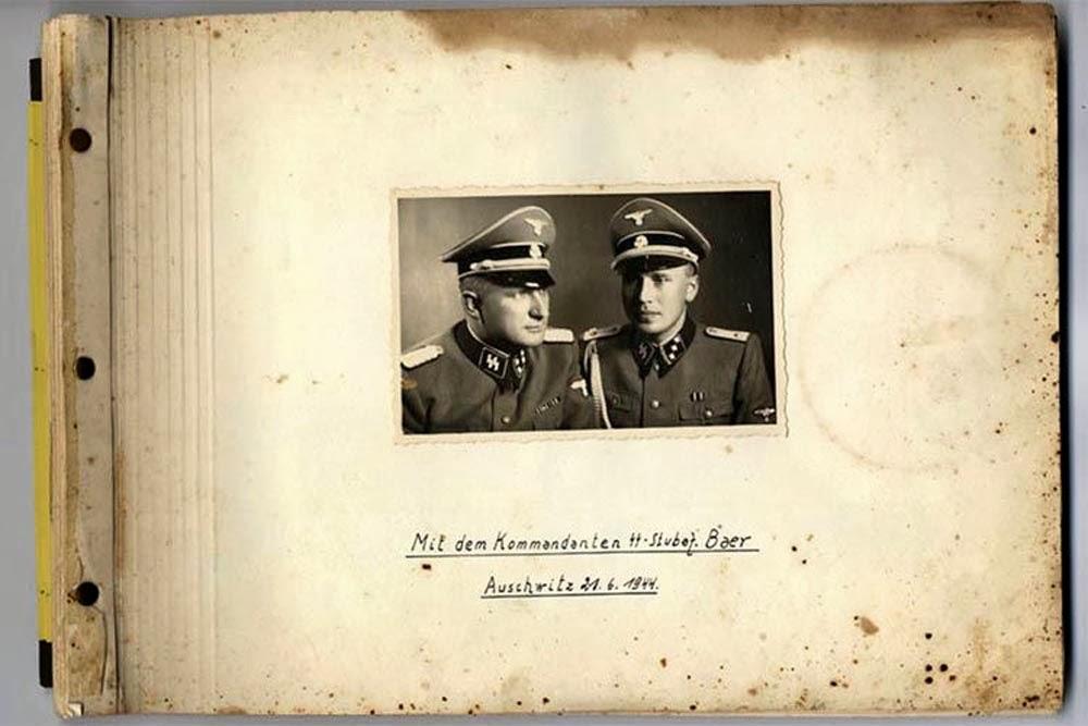 Karl Hoecker album riéndose de Auschwitz