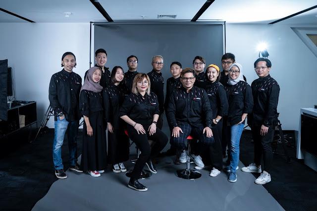 Fajar dan Santi foto bersama IDN Pictures Team