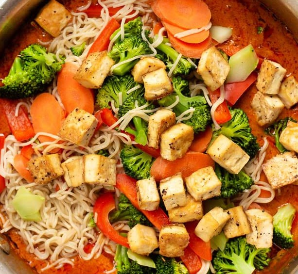 30-Minute Vegan Red Curry Noodle Bowls #vegetariandinner #glutenfree