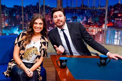 Juliana e o apresentador (Crédito: Beatriz Nadler/SBT)
