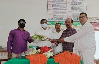 #JaunpurLive : नवागत खंड शिक्षा अधिकारी का प्राथमिक शिक्षक संघ ने किया स्वागत