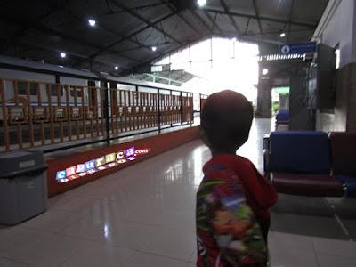 Mengenalkan kereta pada anak, STASIUN KERETA, stasiun gubeng
