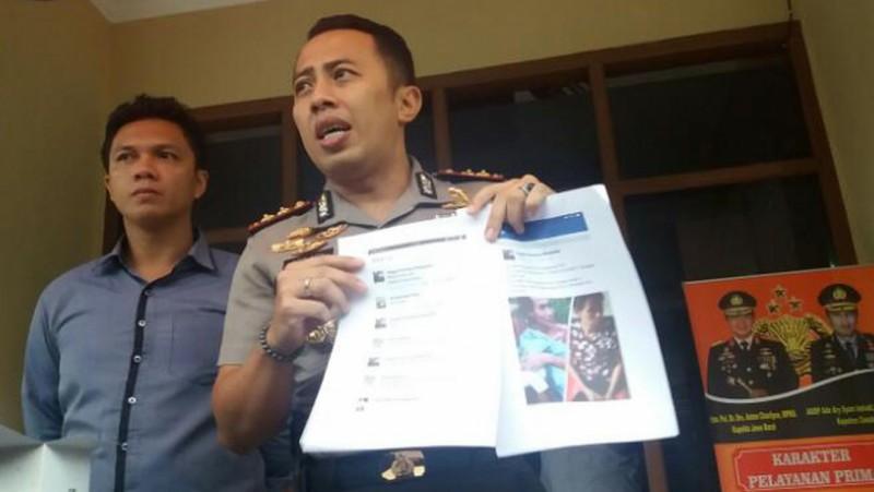 Kapolres Cimahi AKBP Ade Ary Syam Indradi memperlihatkan bukti info hoax