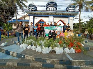Lembaga Sefakultas Pertanian UNISMUH Makassar Membagi 1000 bibit pohon Dihari Bumi Internasional