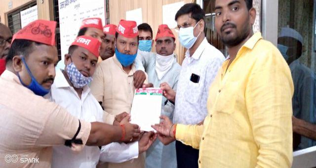 Samajvaadi Party Ke Jiladhyaksh Santosh Kesharwani Ne Jila Adhikari Ko saunpa Gyapan News Vision
