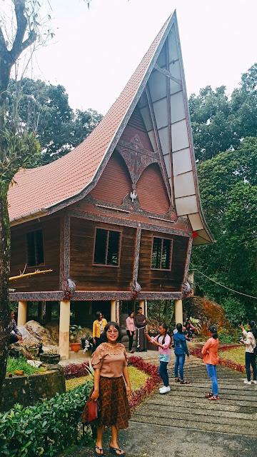 Tempat Misa dengan arsitektur Rumah Bolon Rumah Khas Batak dan Gorga Batak, Tempat Wisata di Sibolga Tapanuli Tengah yang Wajib Kamu Kunjungi.