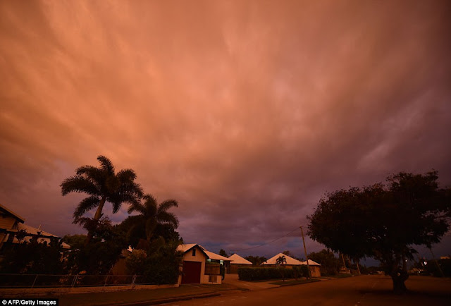 In the wake of Cyclone Debbie 3EAD94E100000578-4356998-Storm_clouds_gather_in_the_town_of_Ayr_in_far_North_Queensland_a-a-56_1490738916223